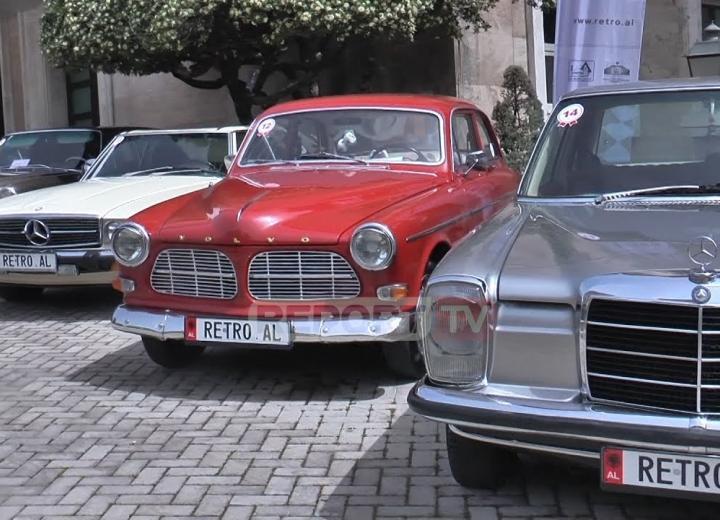 Report TV - Dhjetëra makina të bukura Retro 'zbarkojnë' te kryeministria